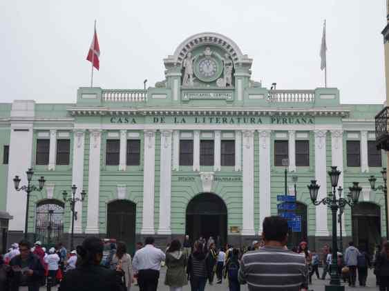 Returning to Plaza Mayor, we saw an unusual light green building down a side street, the Casa de la Literatura Peruana, celebrating Peruvian literature.