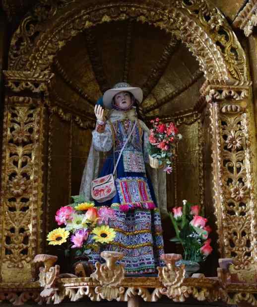 The statues in the church were an interesting style of folk art and old mixed with new. We'd never seen a statue of a woman with handbags before.